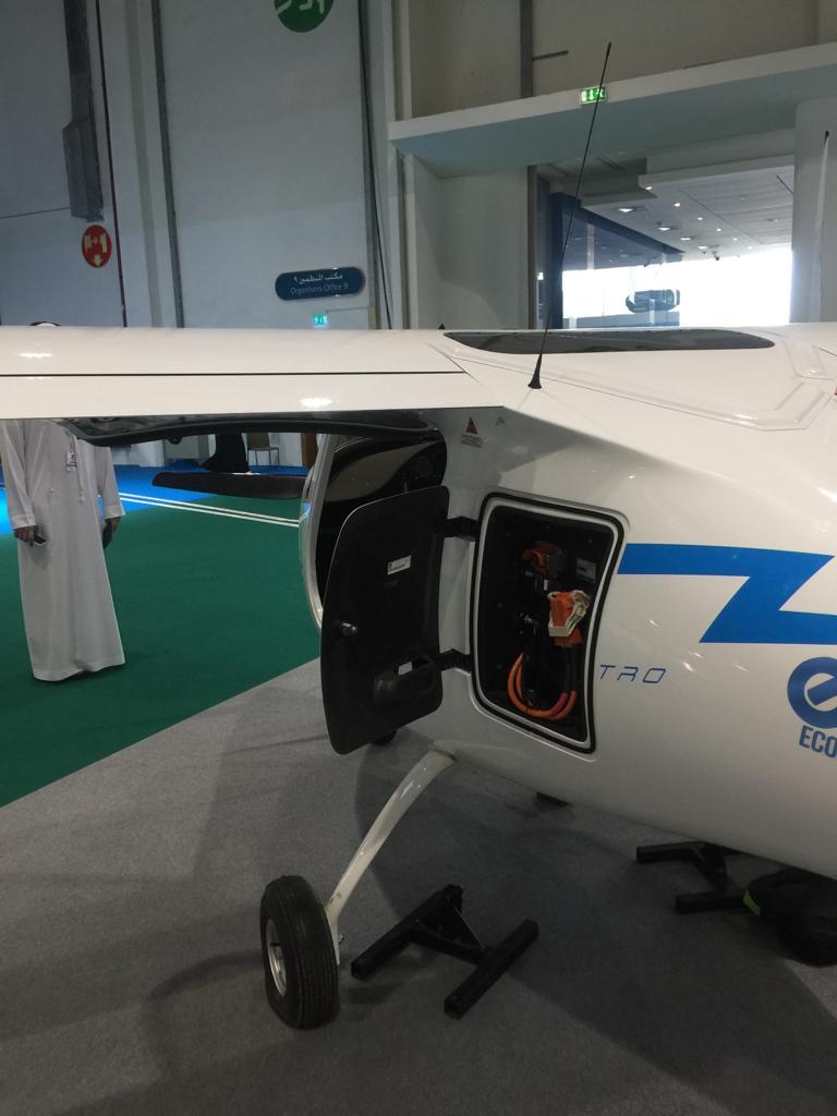 طائرة تطير 90 دقيقة بطاقة الكهرباء  (1)