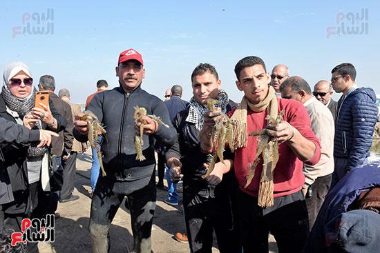 الفريق-مهاب-مميش-يتفقد-مشروع-الاستزراع-السمكى-بالإسماعيلية-(3)
