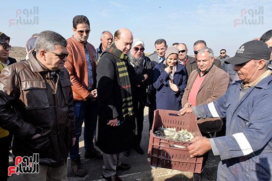 الفريق-مهاب-مميش-يتفقد-مشروع-الاستزراع-السمكى-بالإسماعيلية-(11)
