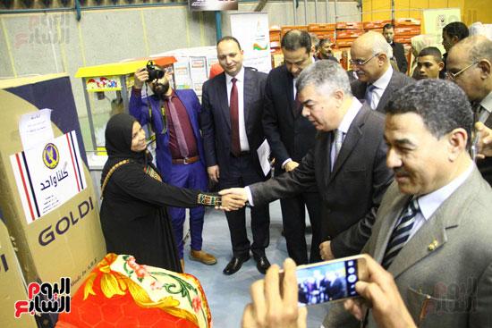 الداخلية تقدم مساعدات لأسر السجناء والمفرج عنهم قبل عيد الشرطة (52)