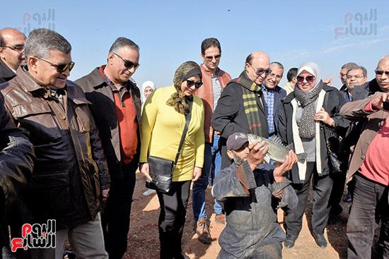 الفريق-مهاب-مميش-يتفقد-مشروع-الاستزراع-السمكى-بالإسماعيلية-(6)