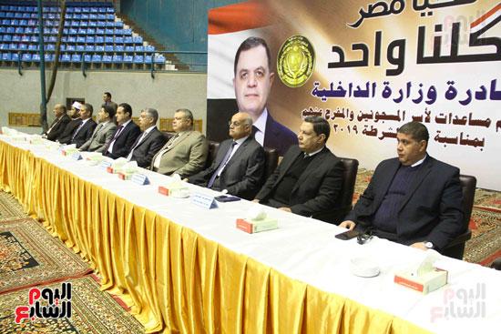 الداخلية تقدم مساعدات لأسر السجناء والمفرج عنهم قبل عيد الشرطة (27)