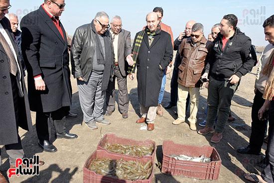 الفريق-مهاب-مميش-يتفقد-مشروع-الاستزراع-السمكى-بالإسماعيلية-(2)