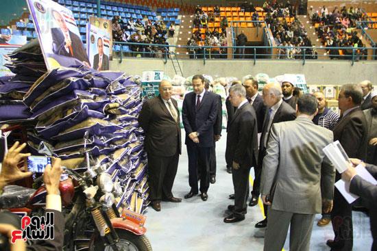الداخلية تقدم مساعدات لأسر السجناء والمفرج عنهم قبل عيد الشرطة (11)