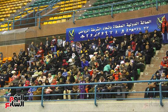الداخلية تقدم مساعدات لأسر السجناء والمفرج عنهم قبل عيد الشرطة (22)