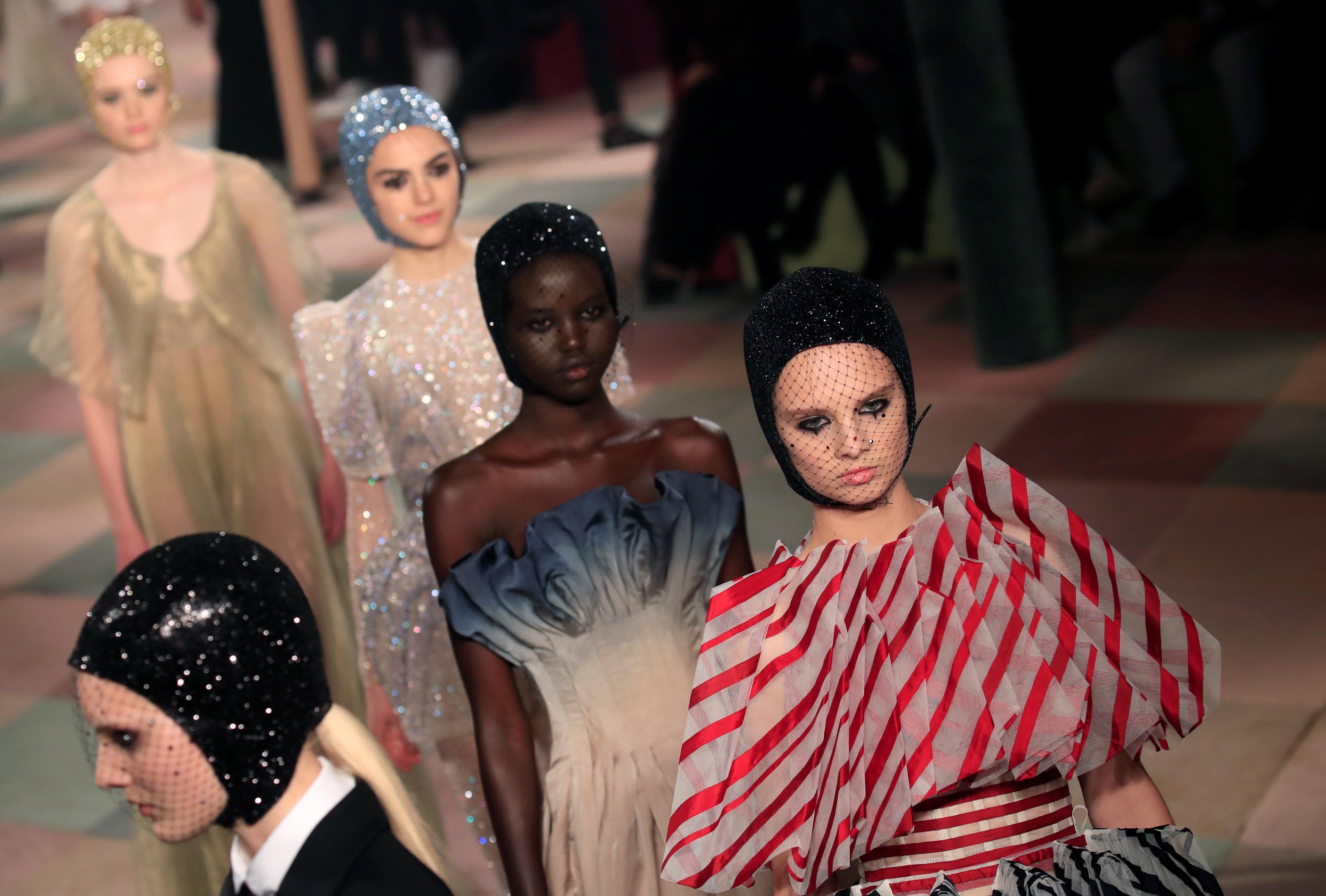 عرض أزياء ماكسيم سيمنز خلال أسبوع الموضة بباريس (8)