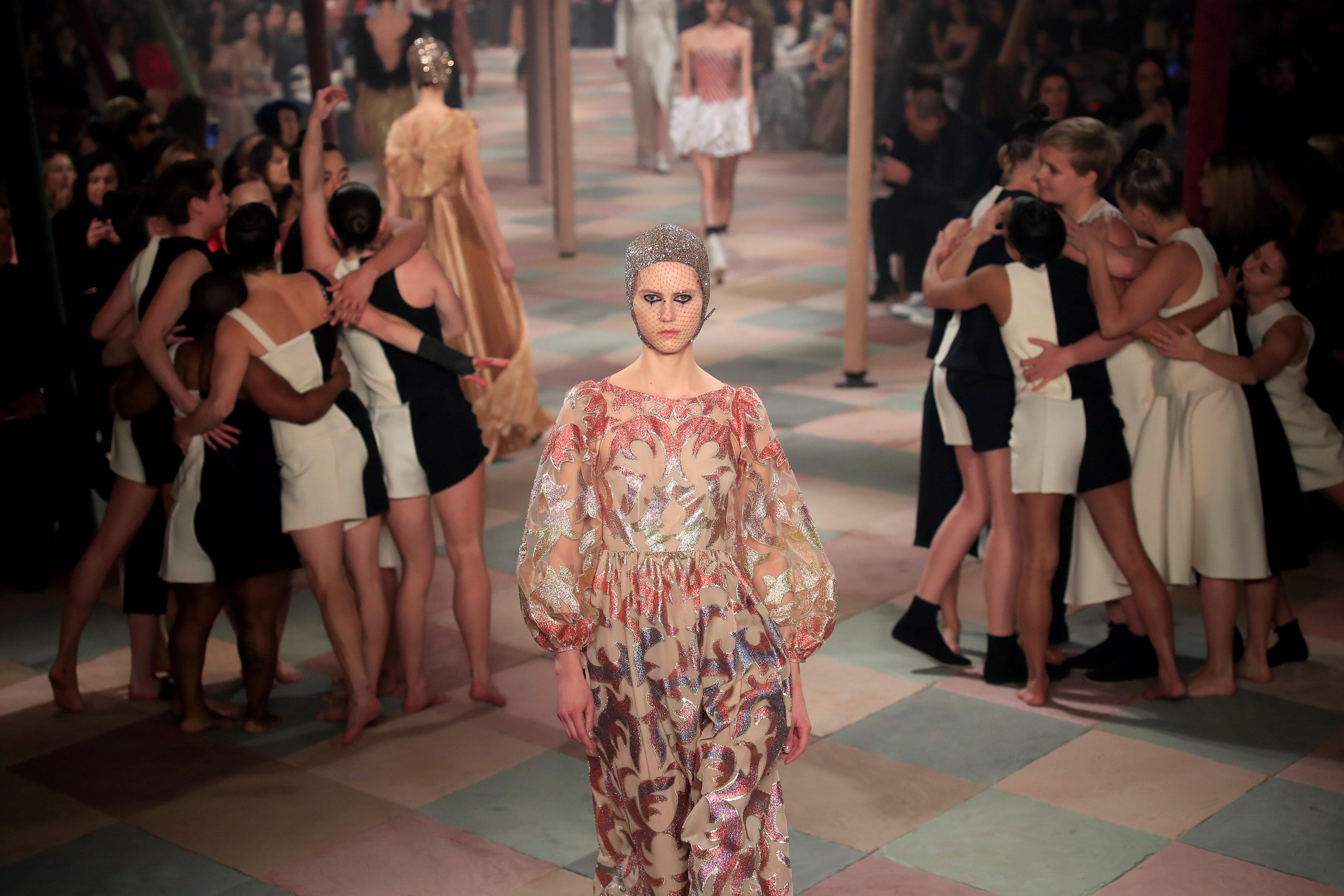 عرض أزياء ماكسيم سيمنز خلال أسبوع الموضة بباريس (2)