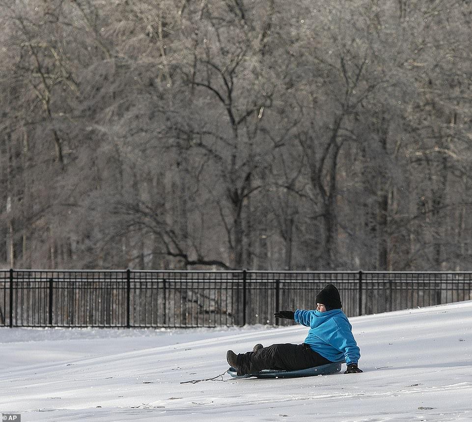 الاطفال استغلوا الثلوج لممارسة التزحلق على الجليد