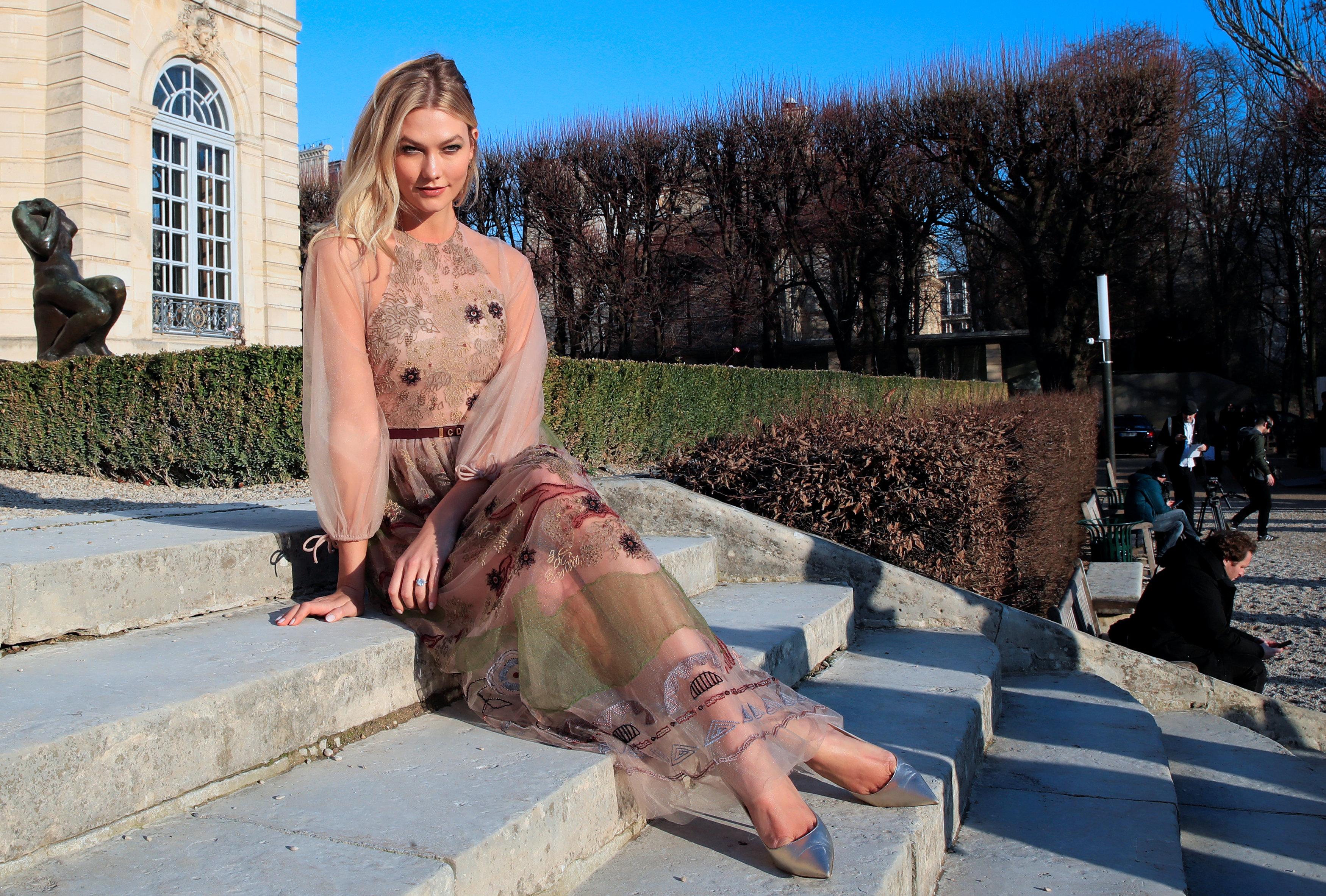 عرض أزياء ماكسيم سيمنز خلال أسبوع الموضة بباريس (10)