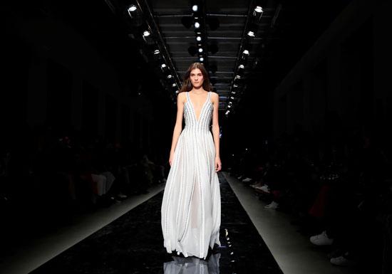 إبداعات فى عرض أزياء ماكسيم سيمنز خلال أسبوع الموضة بباريس (1)