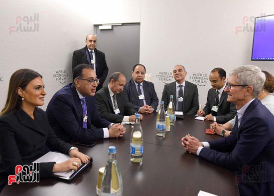 مصطفى مدبولى والرئيس التنفيذى لشركة ابل (2)