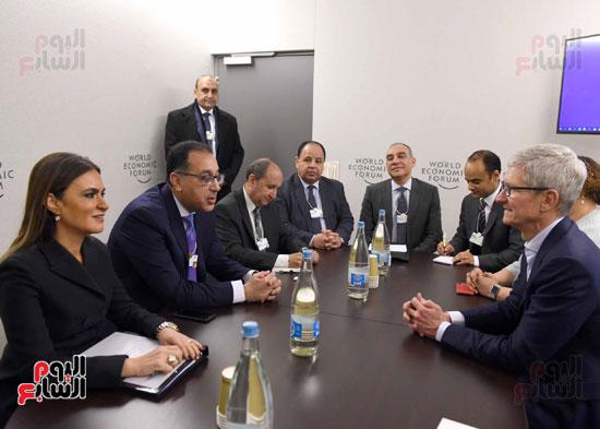 مصطفى مدبولى والرئيس التنفيذى لشركة ابل (3)