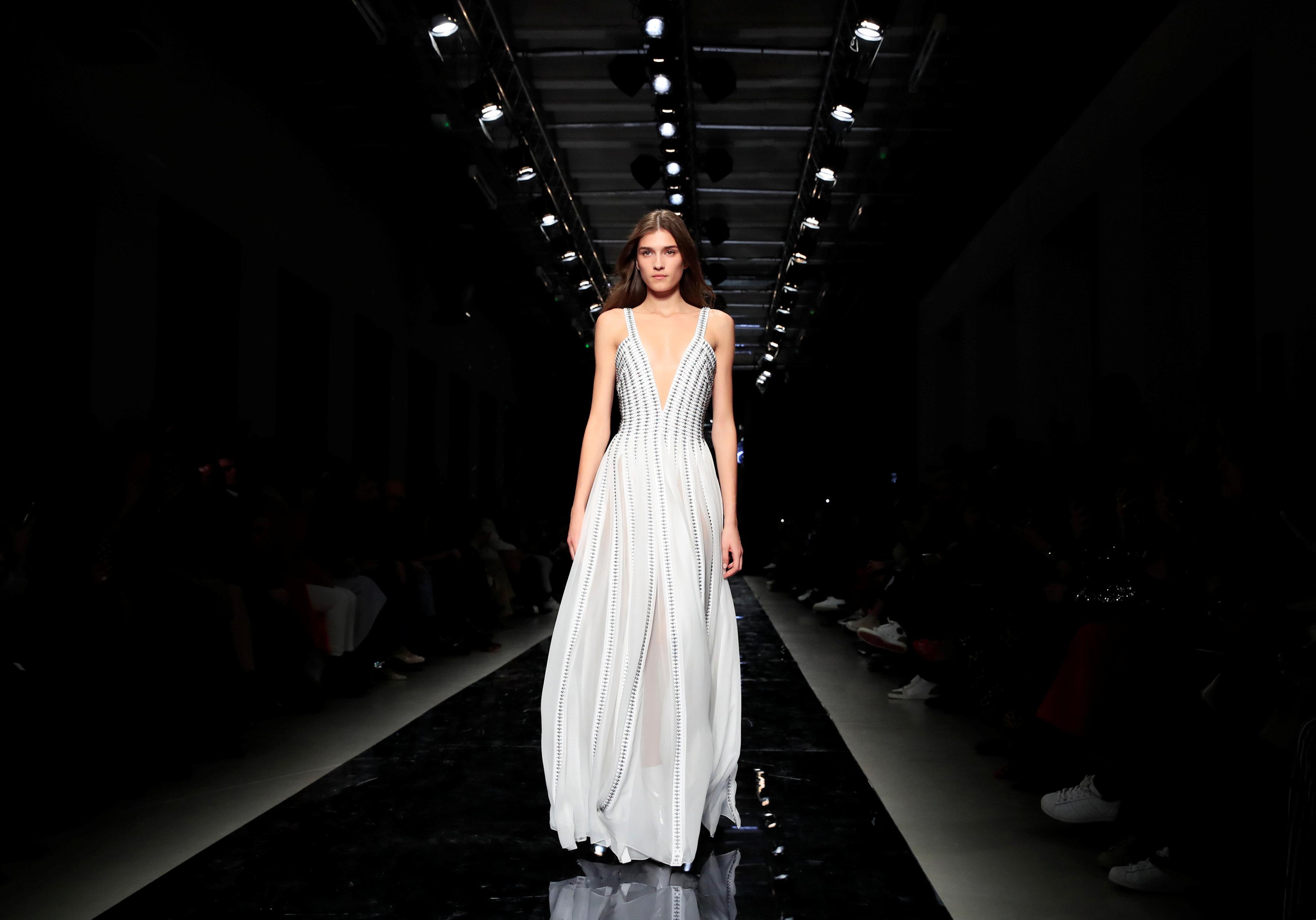 عرض أزياء ماكسيم سيمنز خلال أسبوع الموضة بباريس (11)