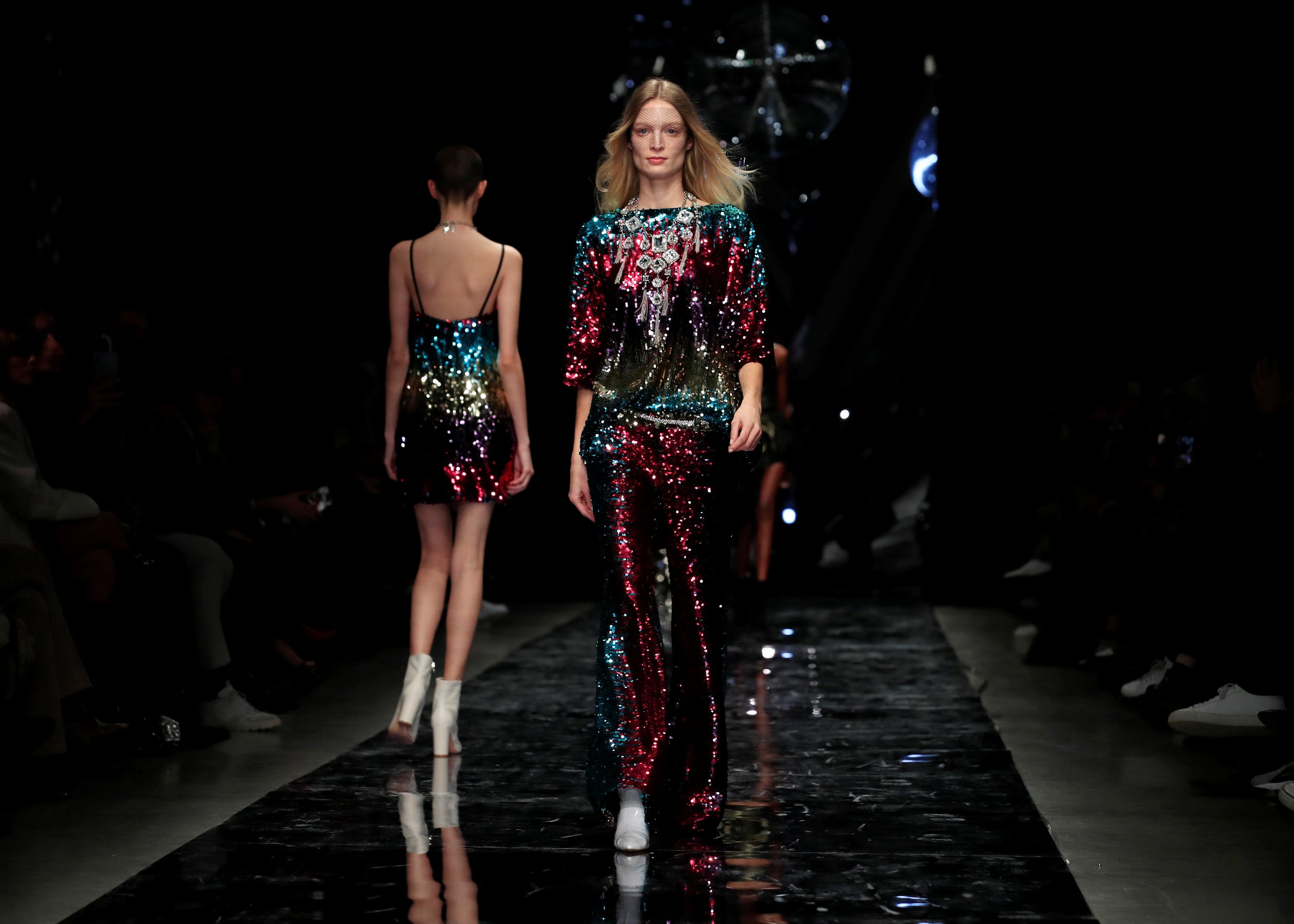 عرض أزياء ماكسيم سيمنز خلال أسبوع الموضة بباريس (13)