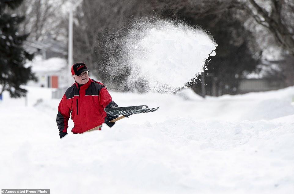 سكان الولايات الشرقية يحاولون ازاحة الجليد من على الطرقات