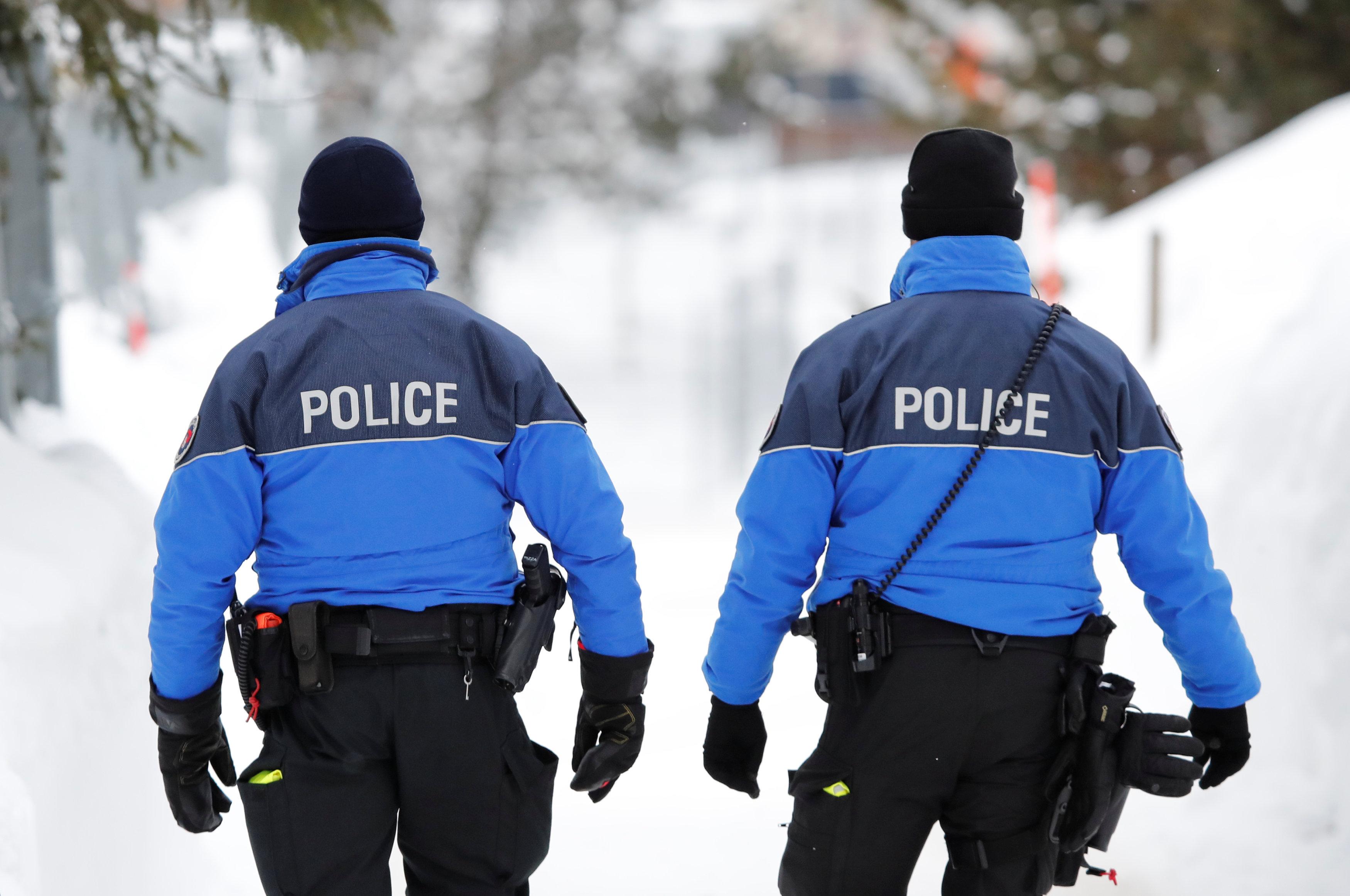 عناصر من قوات الأمن السويسرية