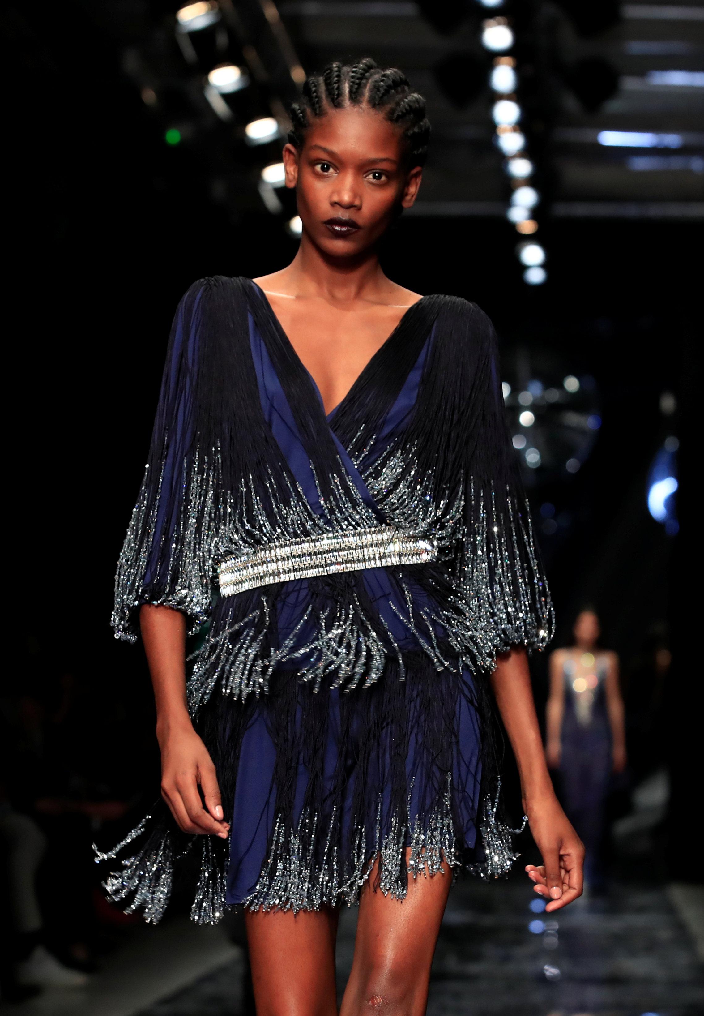 عرض أزياء ماكسيم سيمنز خلال أسبوع الموضة بباريس (15)