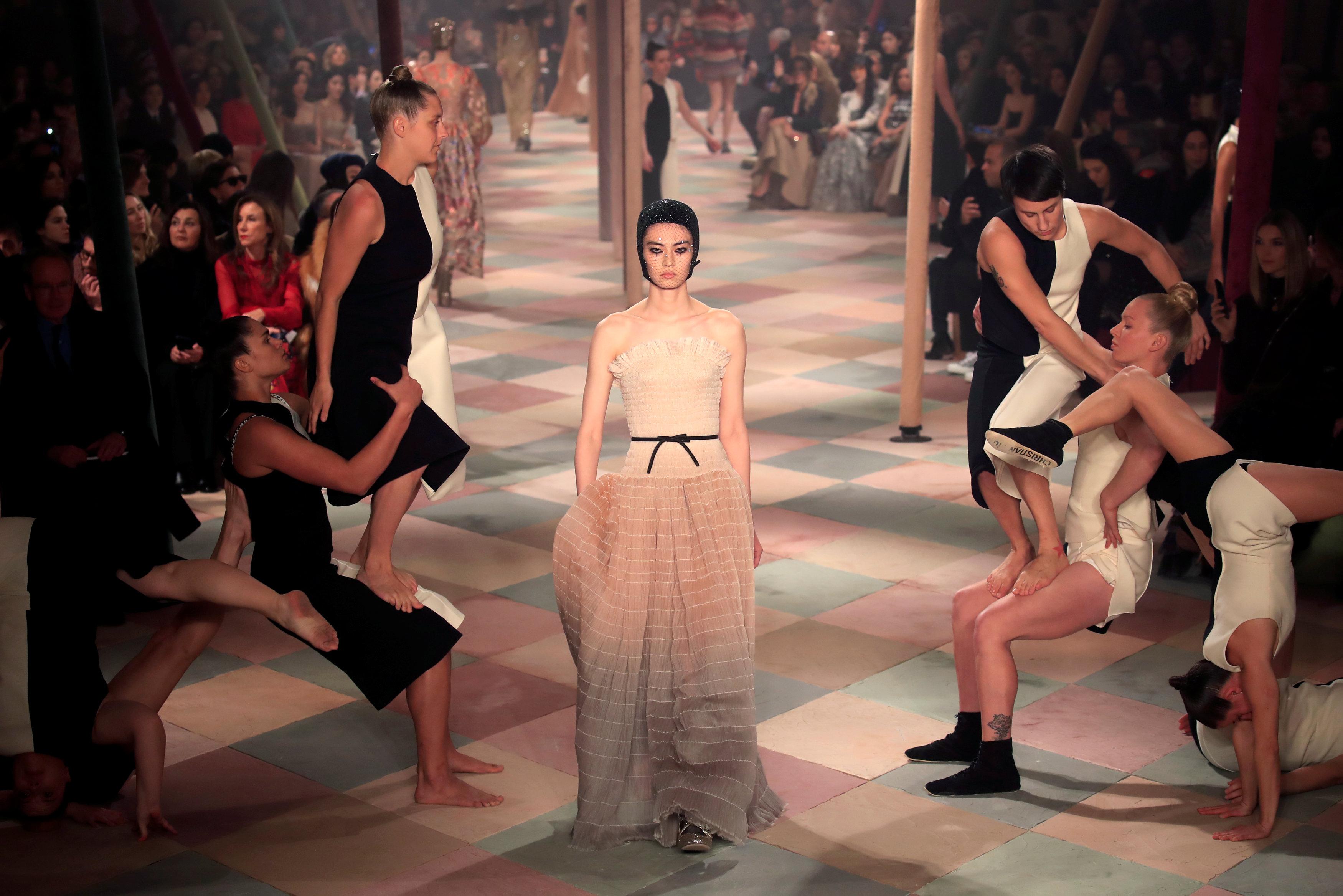 عرض أزياء ماكسيم سيمنز خلال أسبوع الموضة بباريس (3)