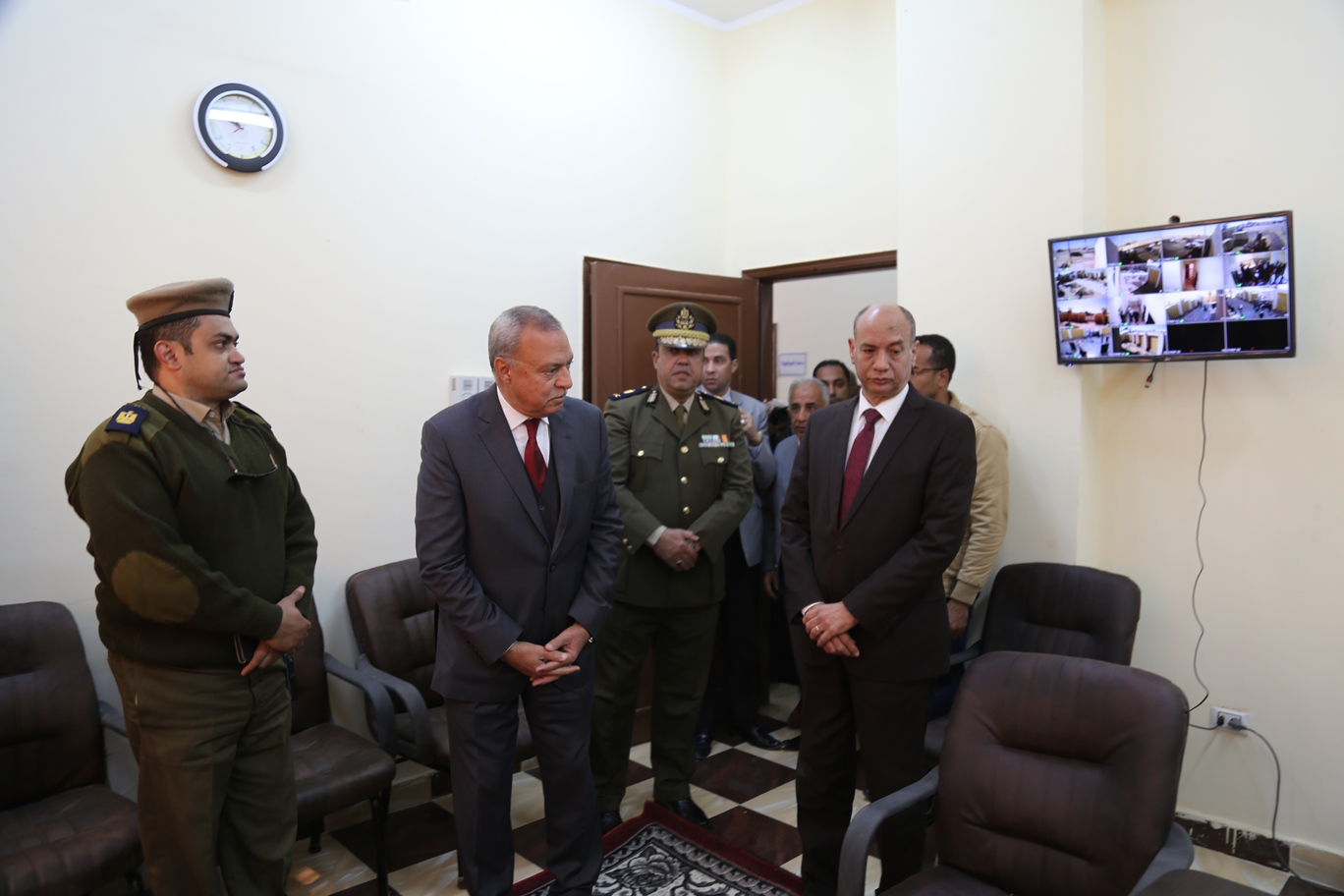 محافظ قنا و مدير الامن يفتتحان نقطة الشرطة (4)