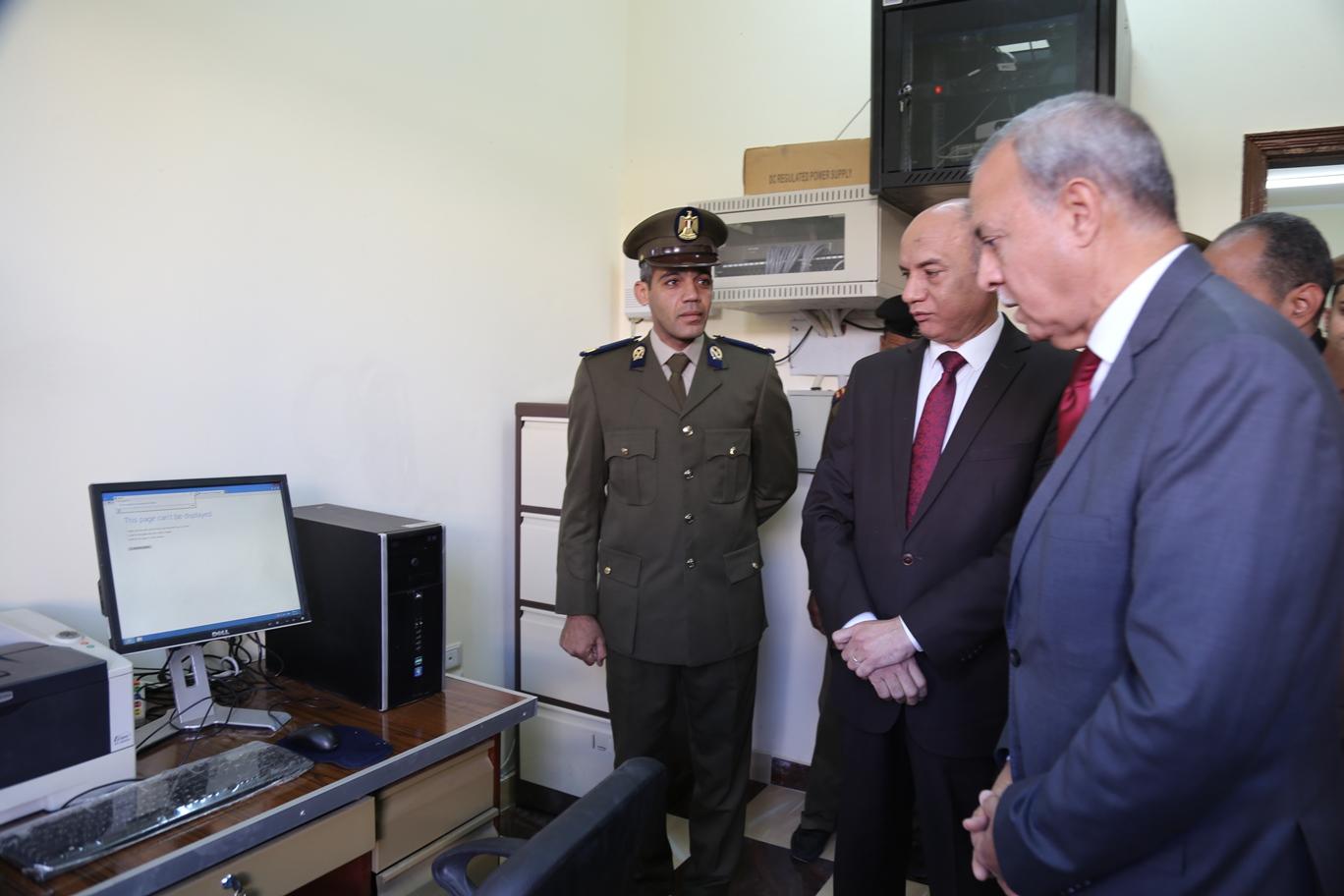 محافظ قنا و مدير الامن يفتتحان نقطة الشرطة (2)