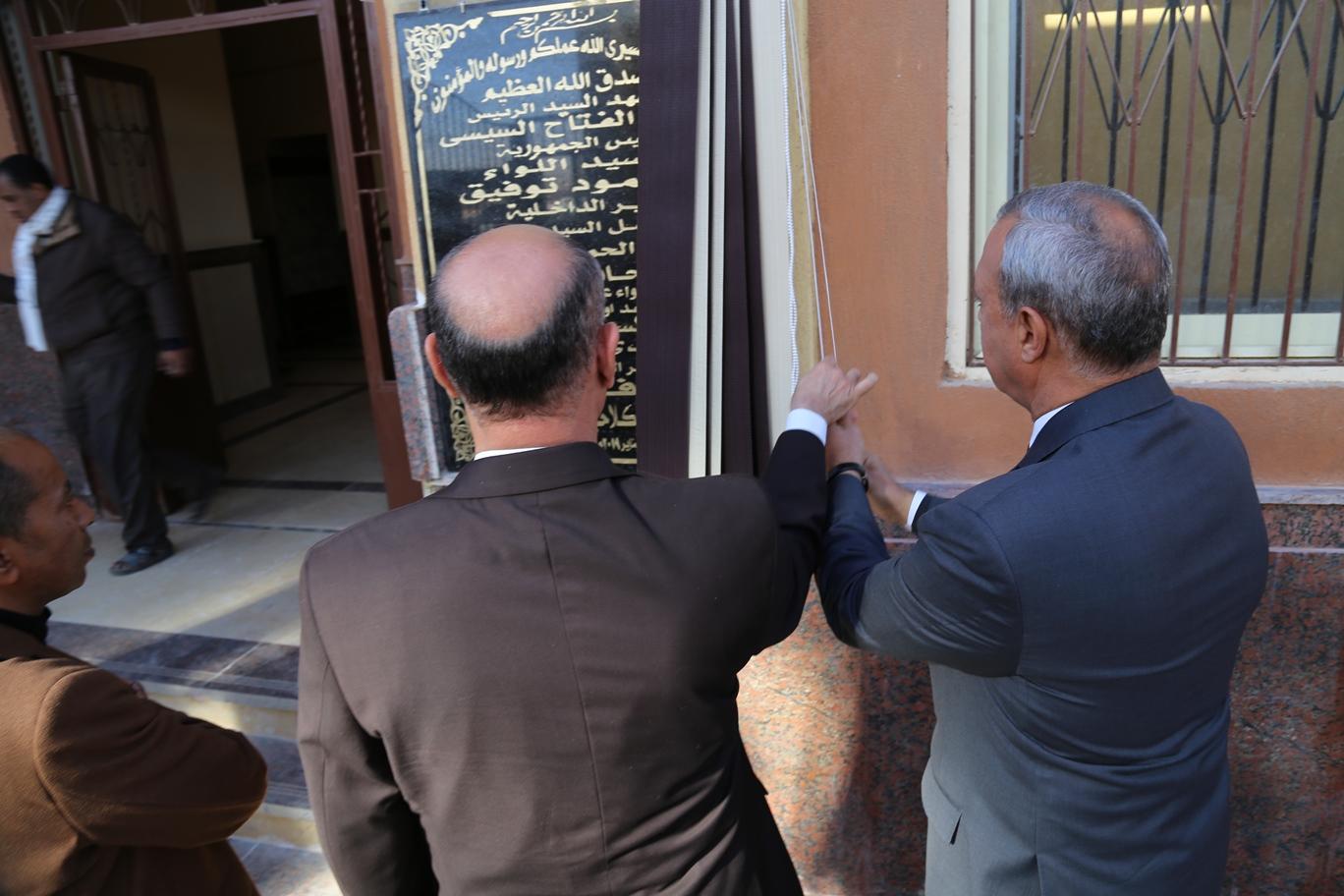 محافظ قنا و مدير الامن يفتتحان نقطة الشرطة (6)