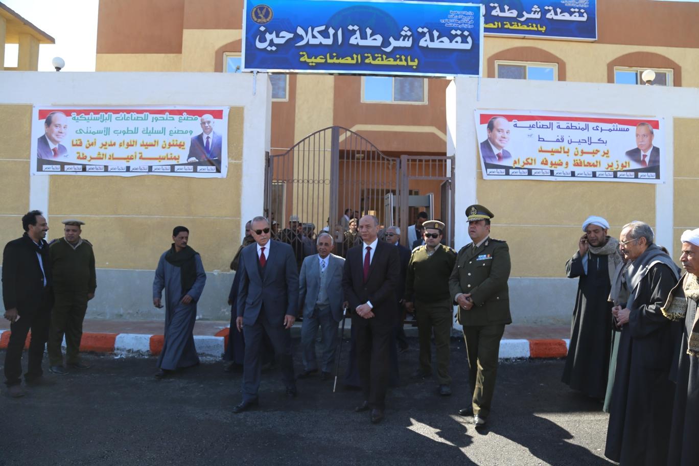 محافظ قنا و مدير الامن يفتتحان نقطة الشرطة (1)
