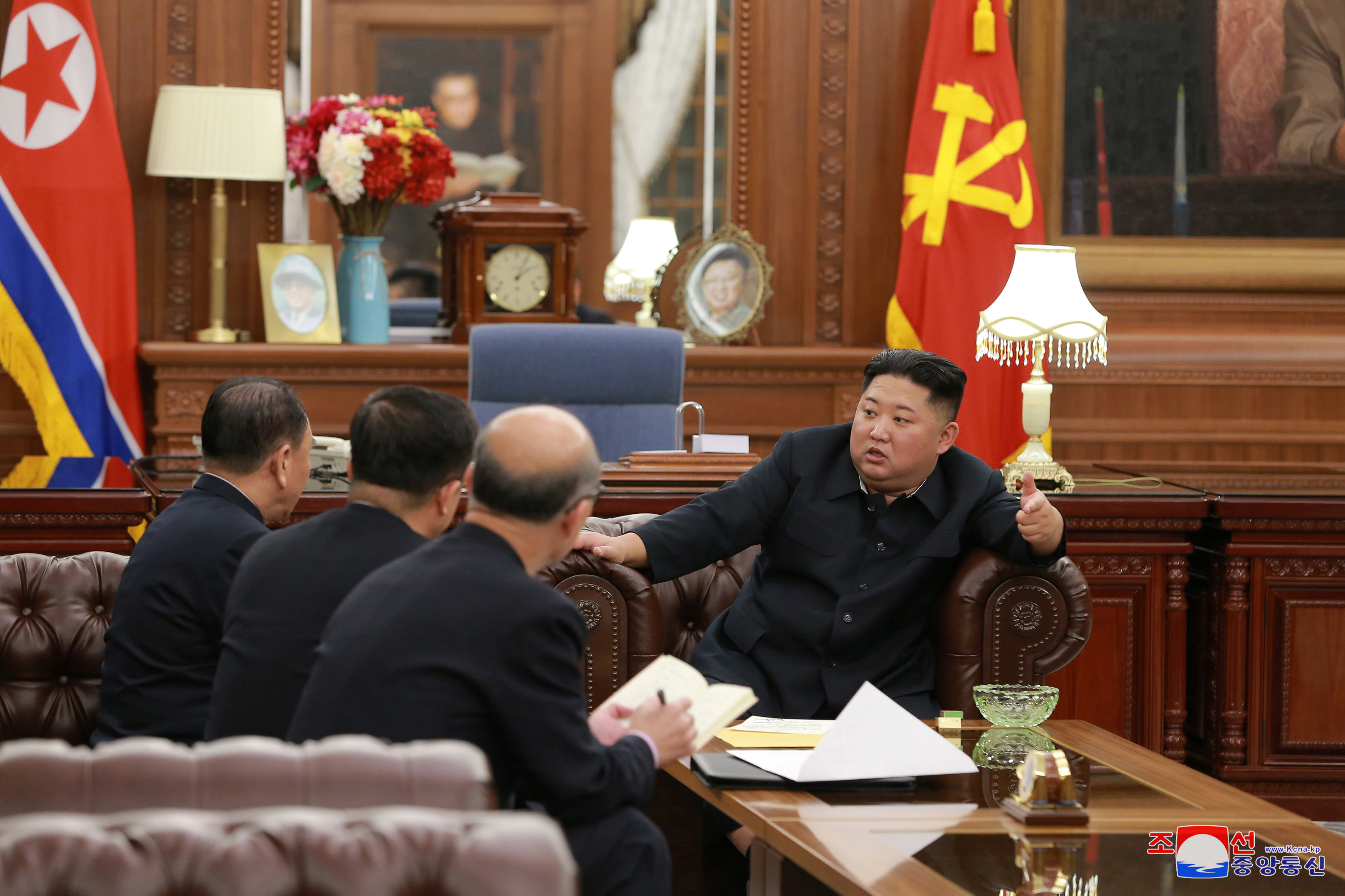 زعيم كوريا الشمالية يلتقى وفد بلاده الذى زار أمريكا (1)