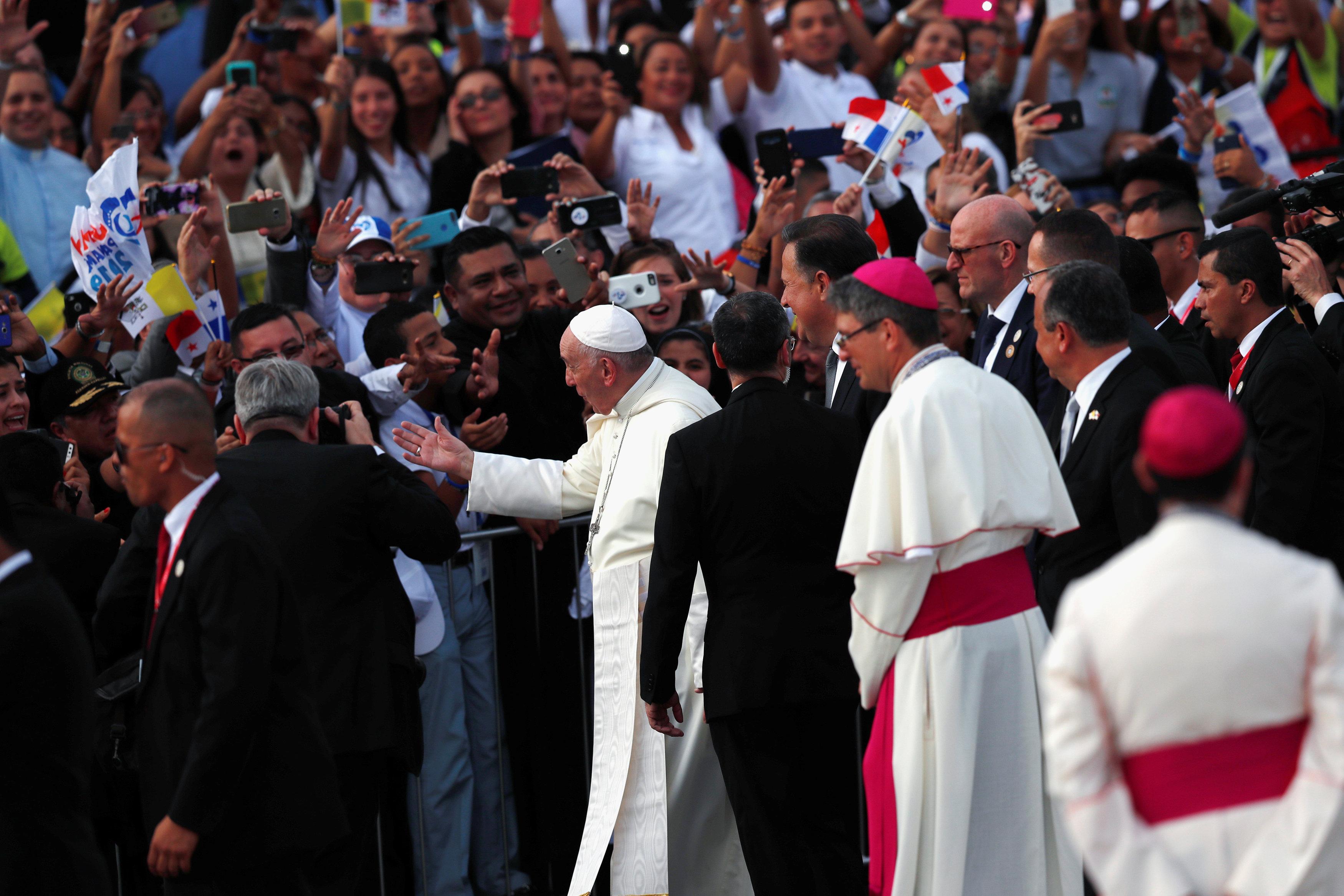 استقبال حاشد لبابا الفاتيكان لدى وصوله بنما  (1)