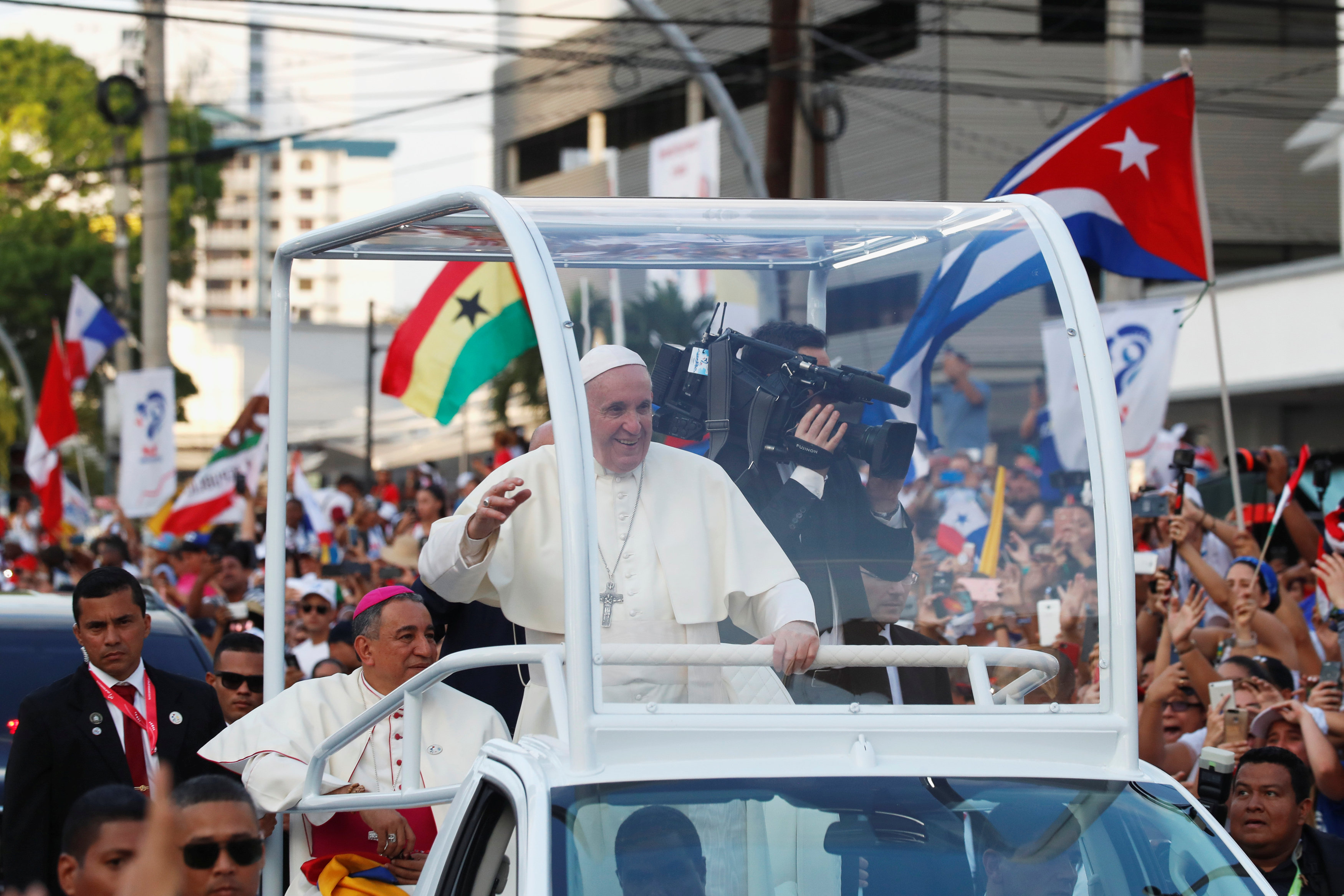 استقبال حاشد لبابا الفاتيكان لدى وصوله بنما  (4)