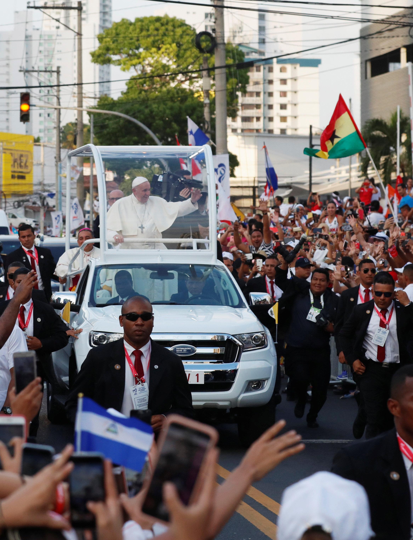 استقبال حاشد لبابا الفاتيكان لدى وصوله بنما  (6)