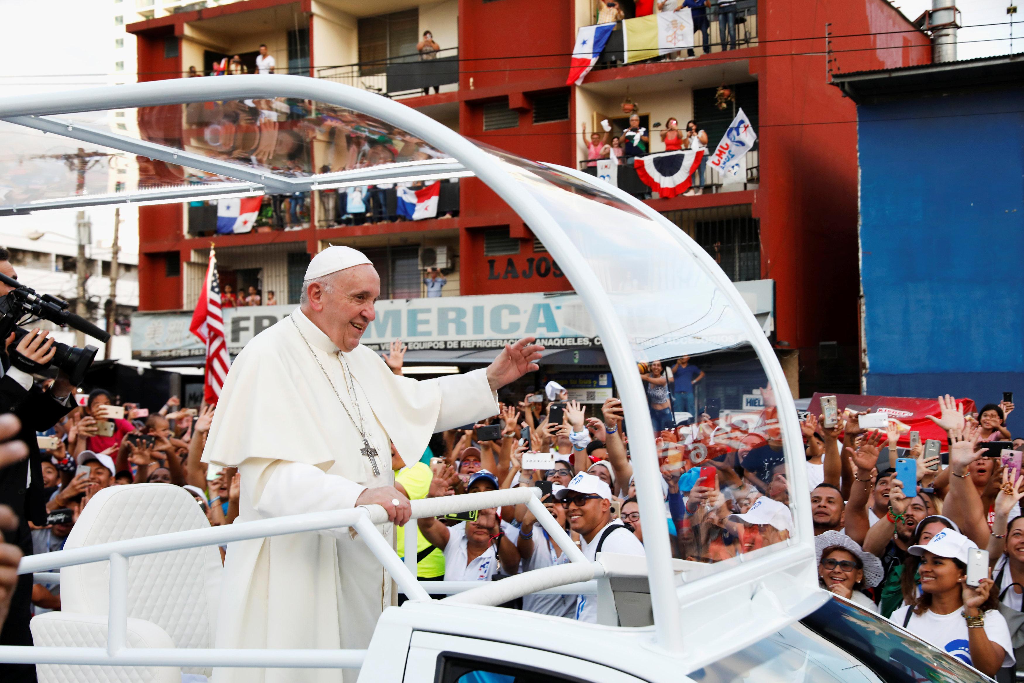 استقبال حاشد لبابا الفاتيكان لدى وصوله بنما  (5)