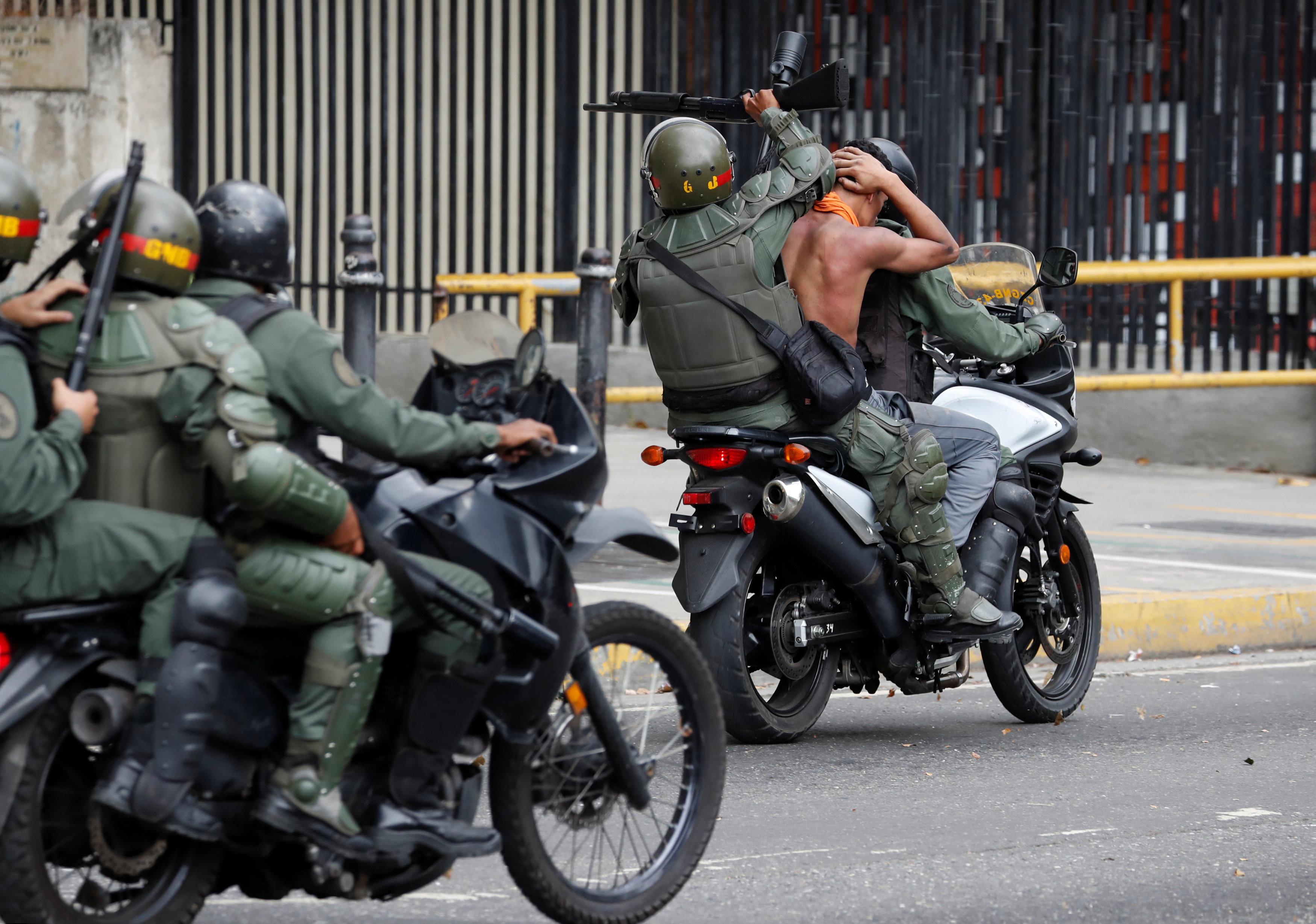 جانب من العنف فى فنزويلا (8)
