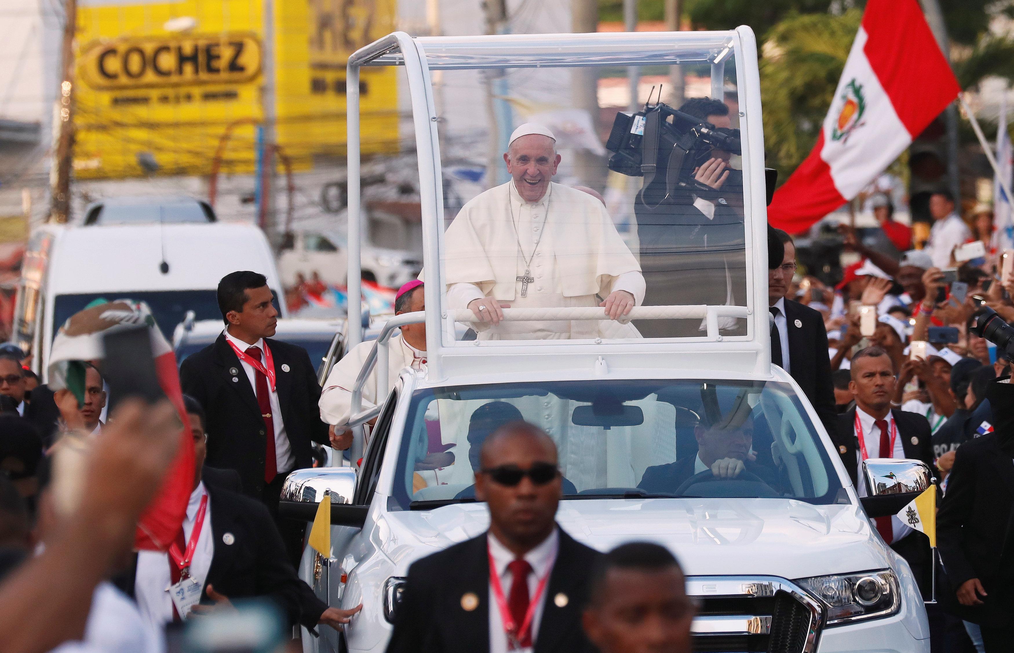 استقبال حاشد لبابا الفاتيكان لدى وصوله بنما  (7)
