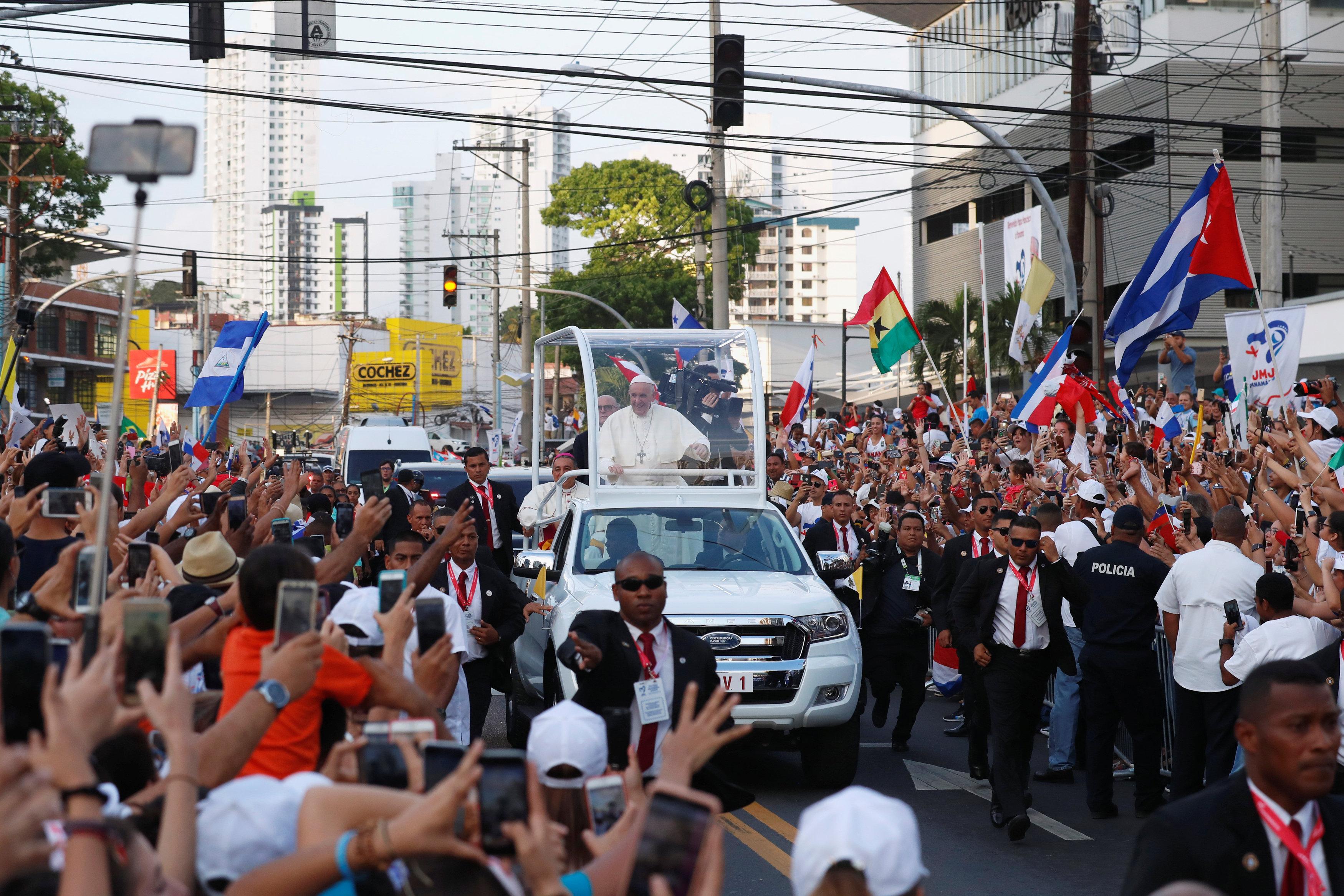 استقبال حاشد لبابا الفاتيكان لدى وصوله بنما  (3)