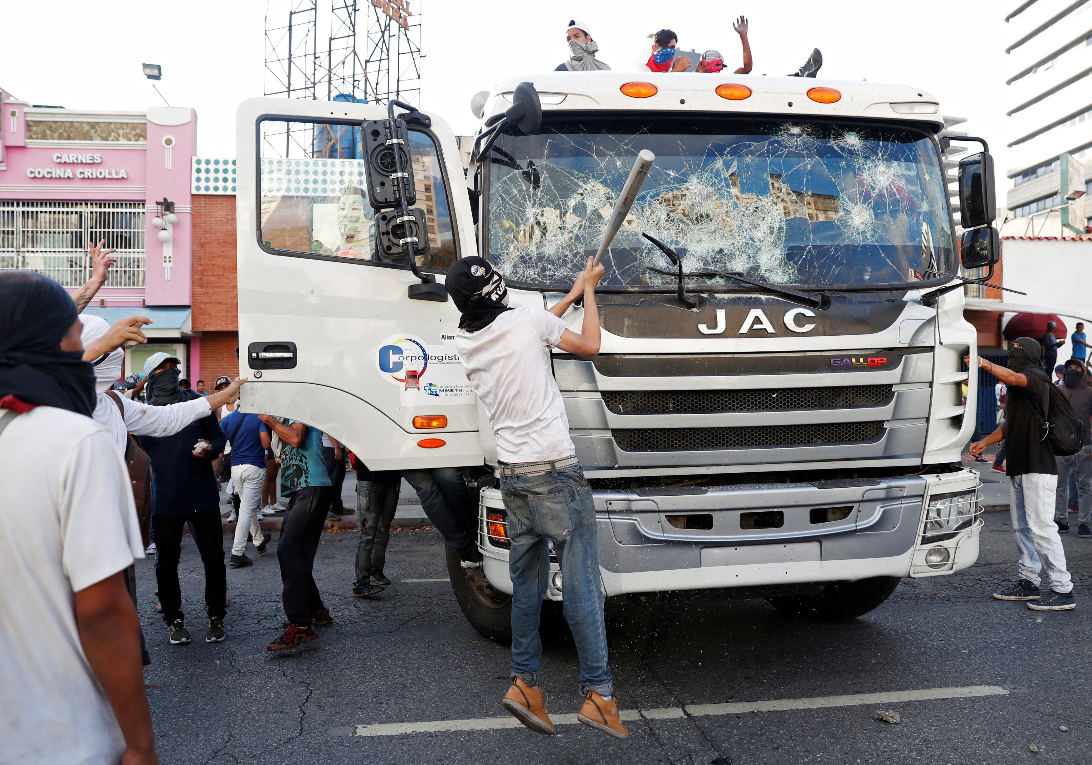 جانب من العنف فى فنزويلا (16)