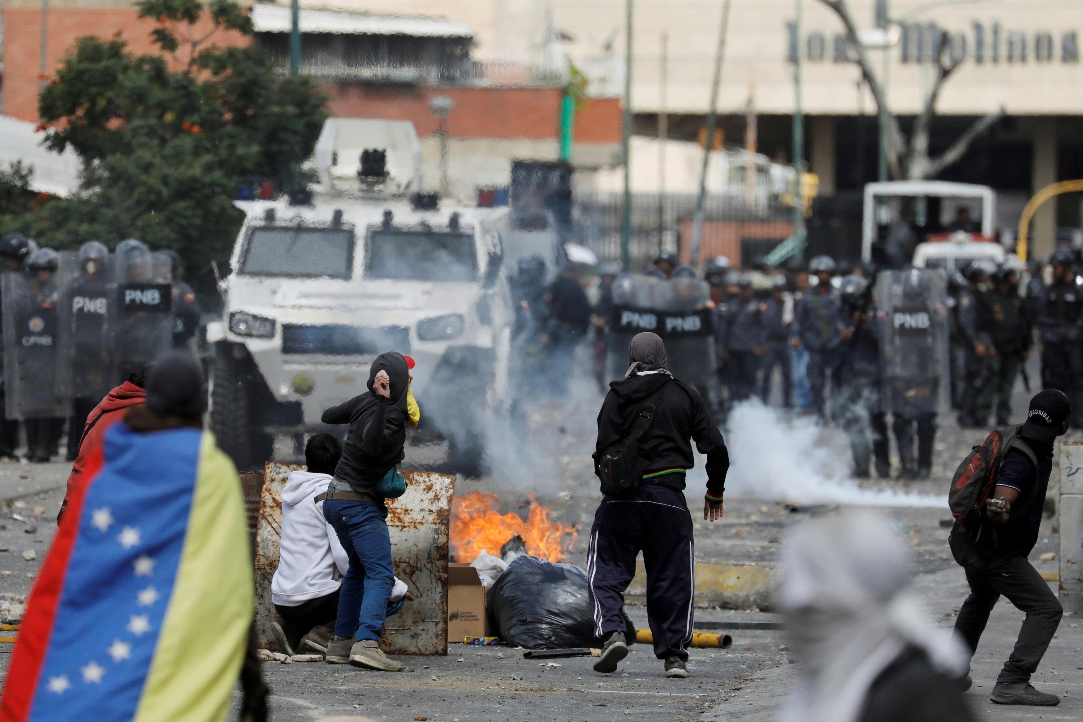 2019-01-24T234157Z_1246635247_RC1BC8519150_RTRMADP_3_VENEZUELA-POLITICS-PROTESTERS