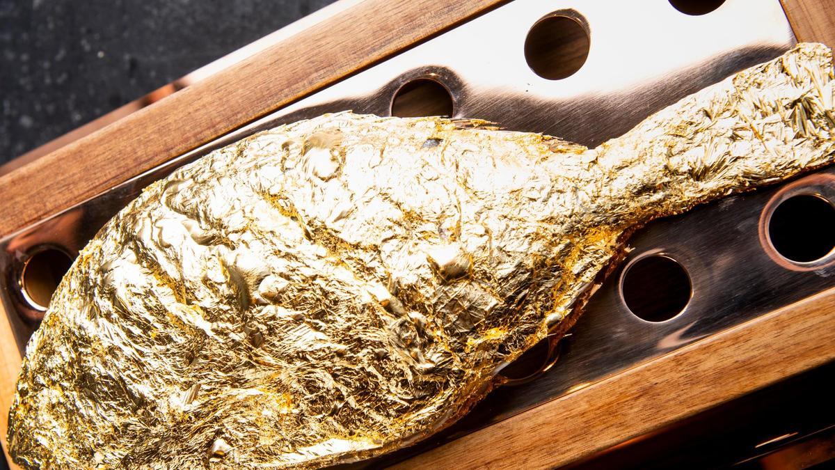 السمك المطلى لورق الذهب عيار 23