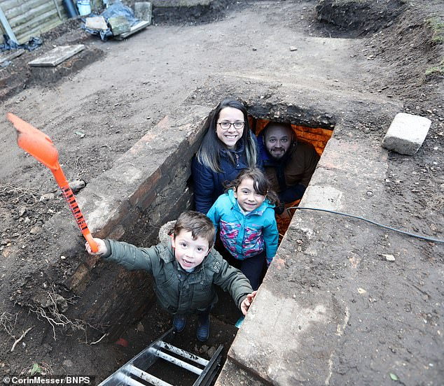 أسرة بريطانية تعثر على مخبأ (2)