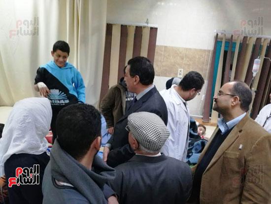 مدير أمن سوهاج والسكرتير العام للمحافظة يتفقدان حالة المصابين بالتسمم (1)