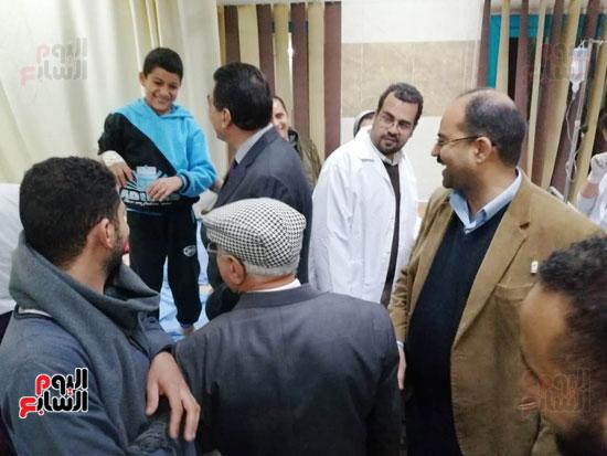 مدير أمن سوهاج والسكرتير العام للمحافظة يتفقدان حالة المصابين بالتسمم (4)