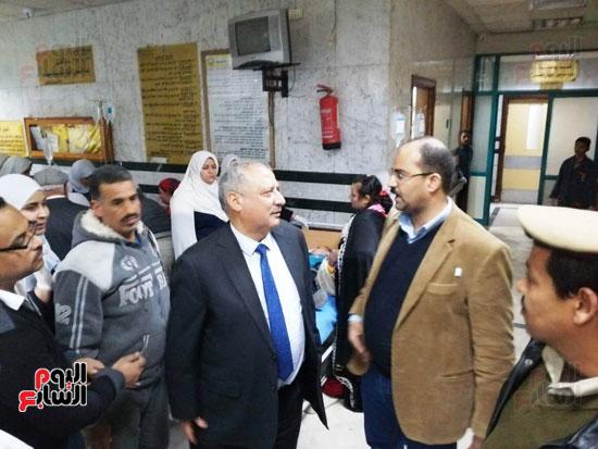 مدير أمن سوهاج والسكرتير العام للمحافظة يتفقدان حالة المصابين بالتسمم (2)