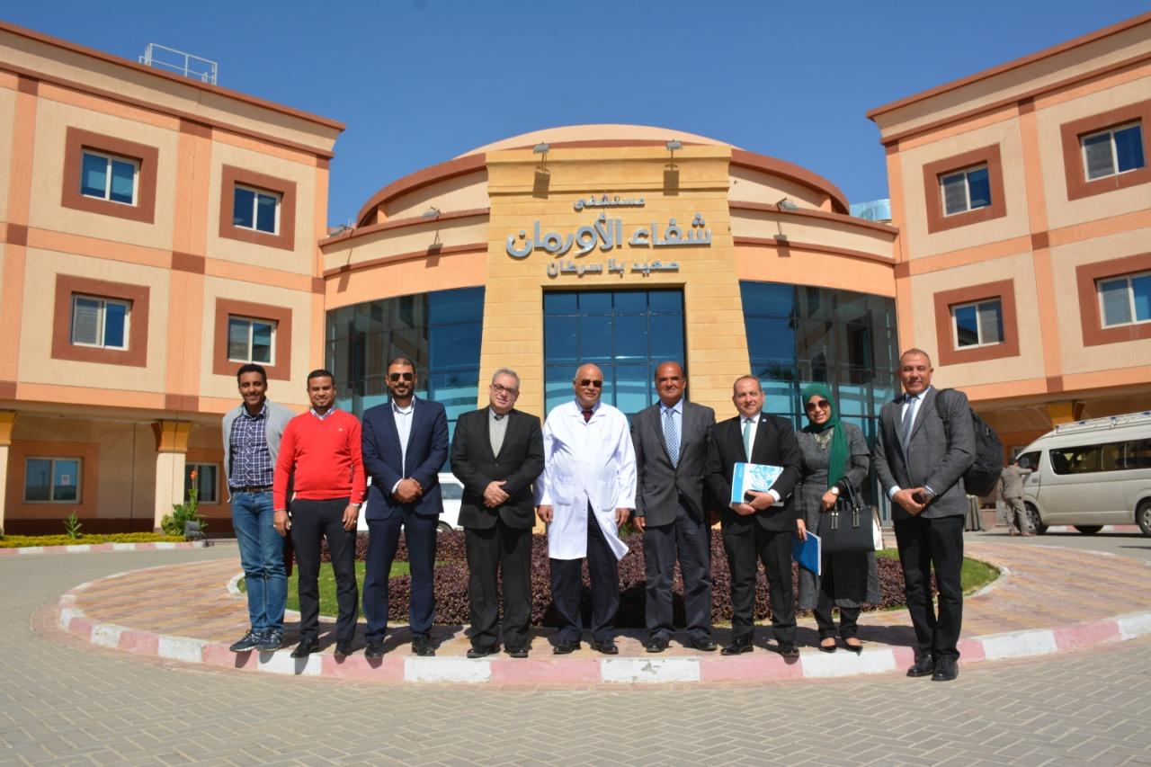 وفد منظمة الصحة العالمية بمصر يدعمون مرضي السرطان بالصعيد  (1)