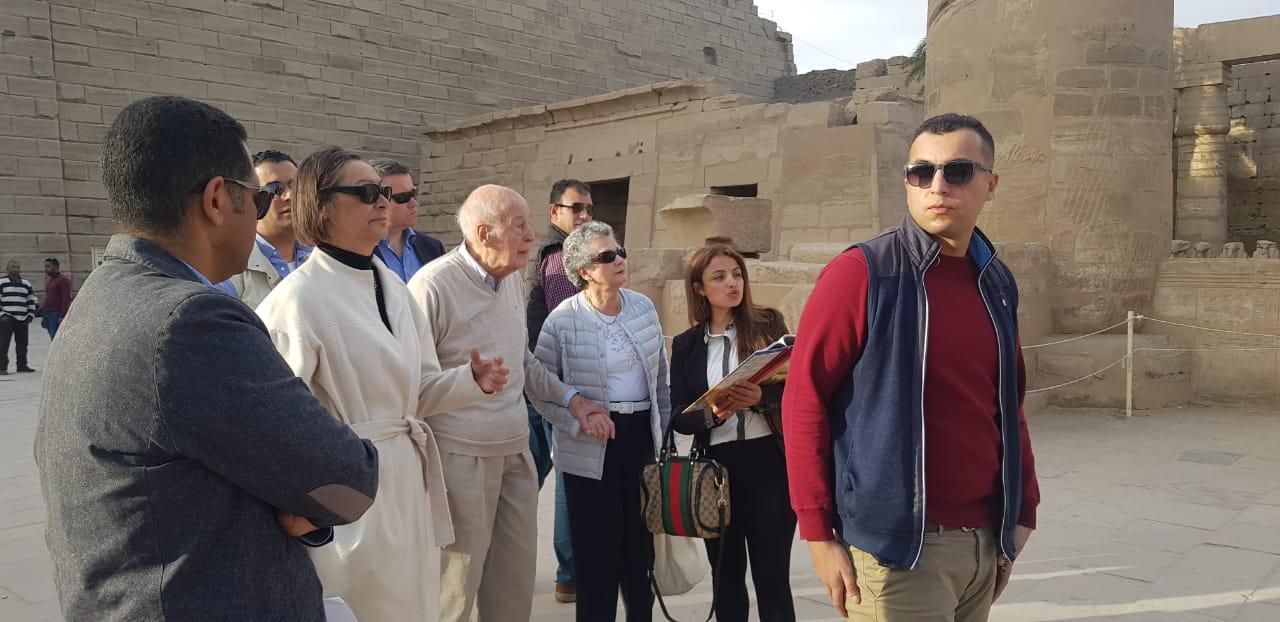 صور.. الرئيس الفرنسى الأسبق يزور آثار الأقصر فى رحلة سياحية  (12)