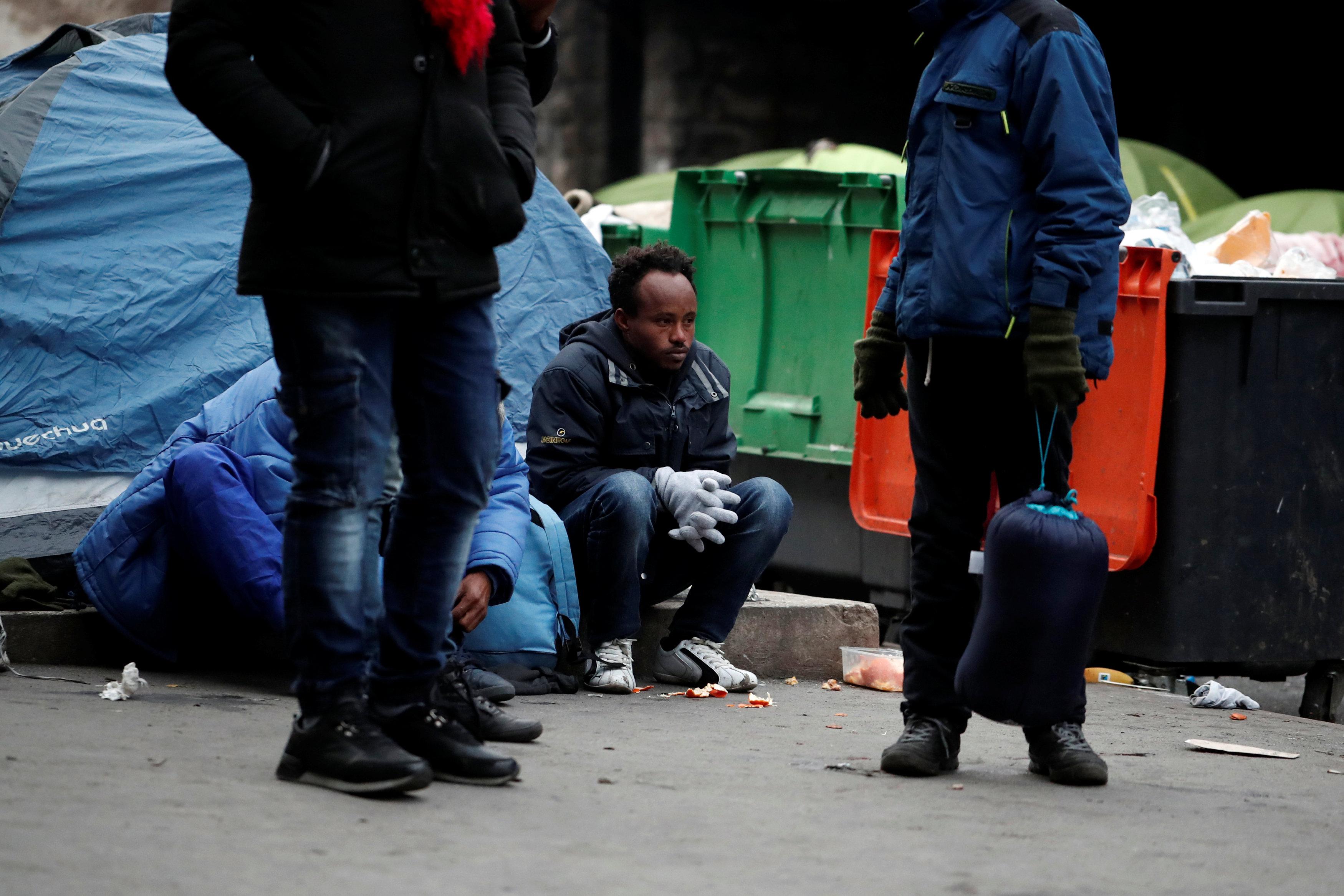 لاجئين بانتظار الحافلات التى تقلهم لمكانهم الجديد