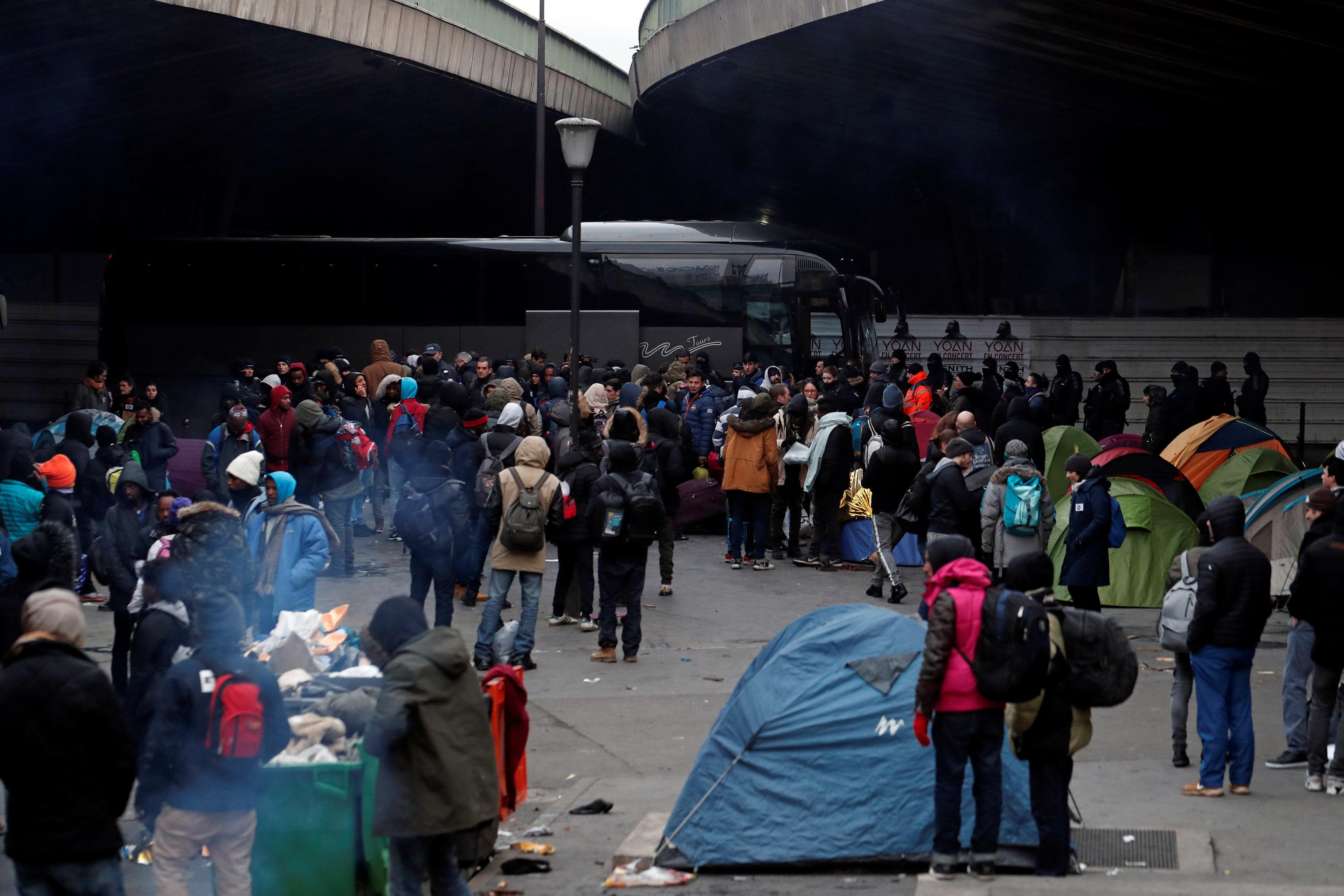 أتوبيسات مخصصة لنقل اللاجئين إلى مكان إقامتهم