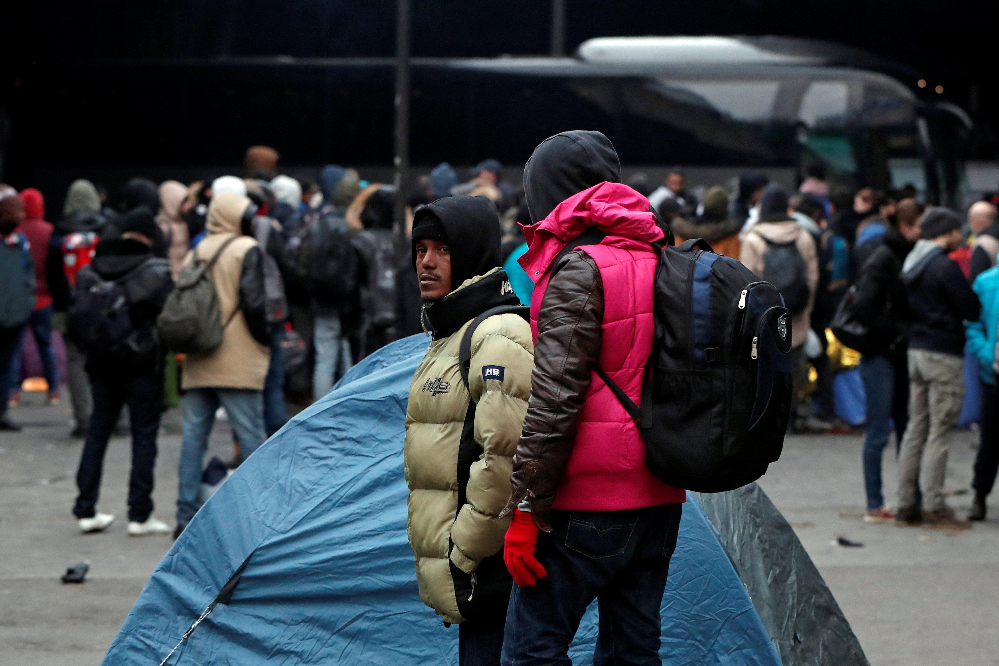 أعداد من اللاجئين يستعدون للانتقال من مخيماتهم