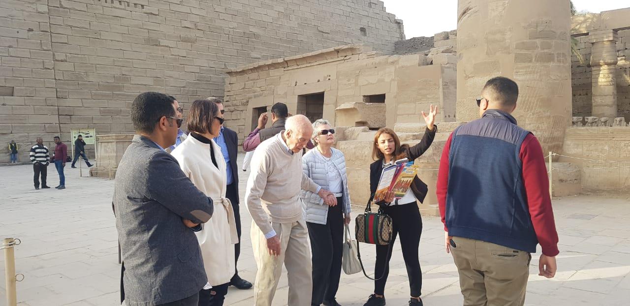 صور.. الرئيس الفرنسى الأسبق يزور آثار الأقصر فى رحلة سياحية  (17)