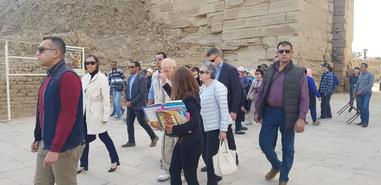صور.. الرئيس الفرنسى الأسبق يزور آثار الأقصر فى رحلة سياحية  (11)