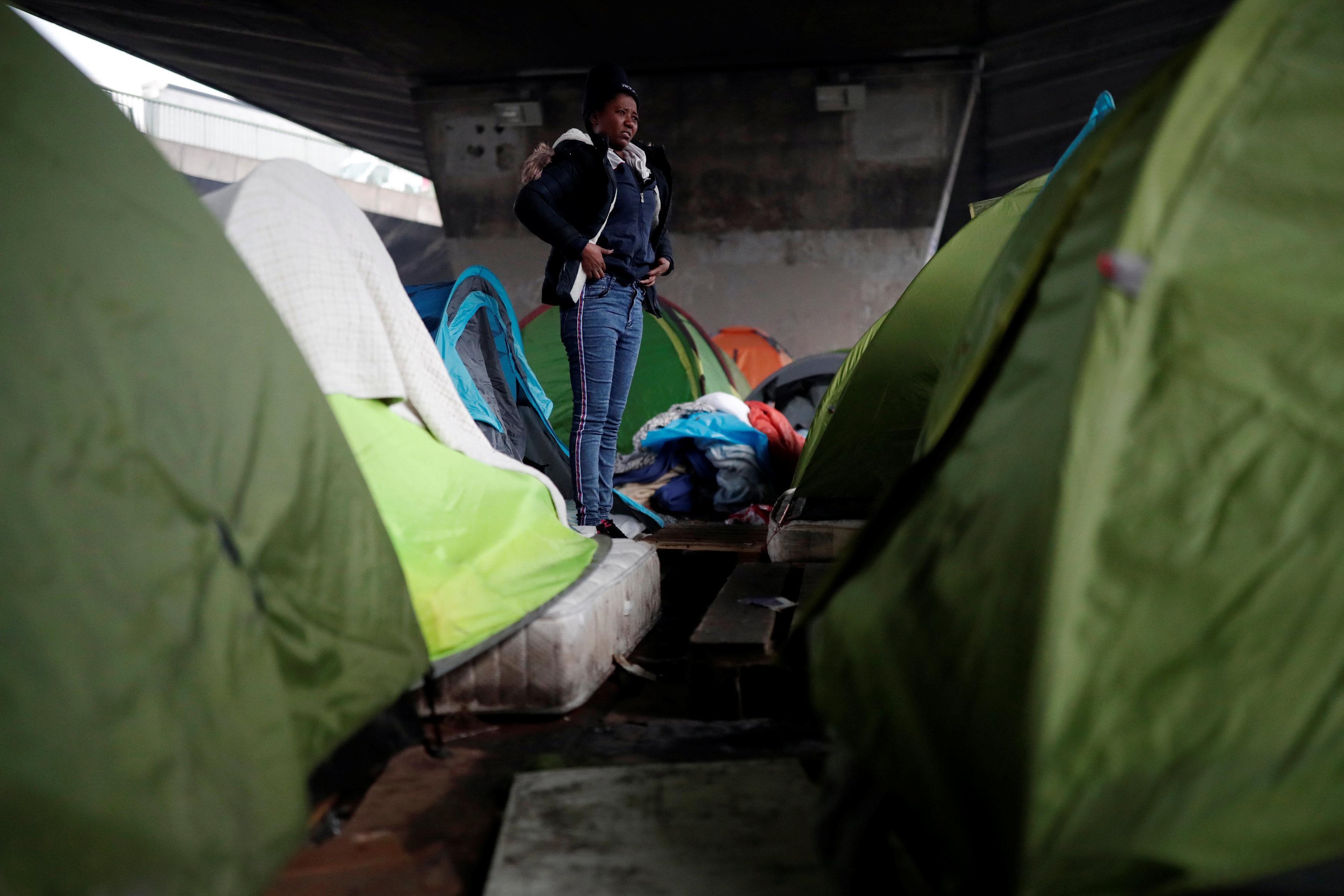 لاجئة تستعد للخروج من المخيمات