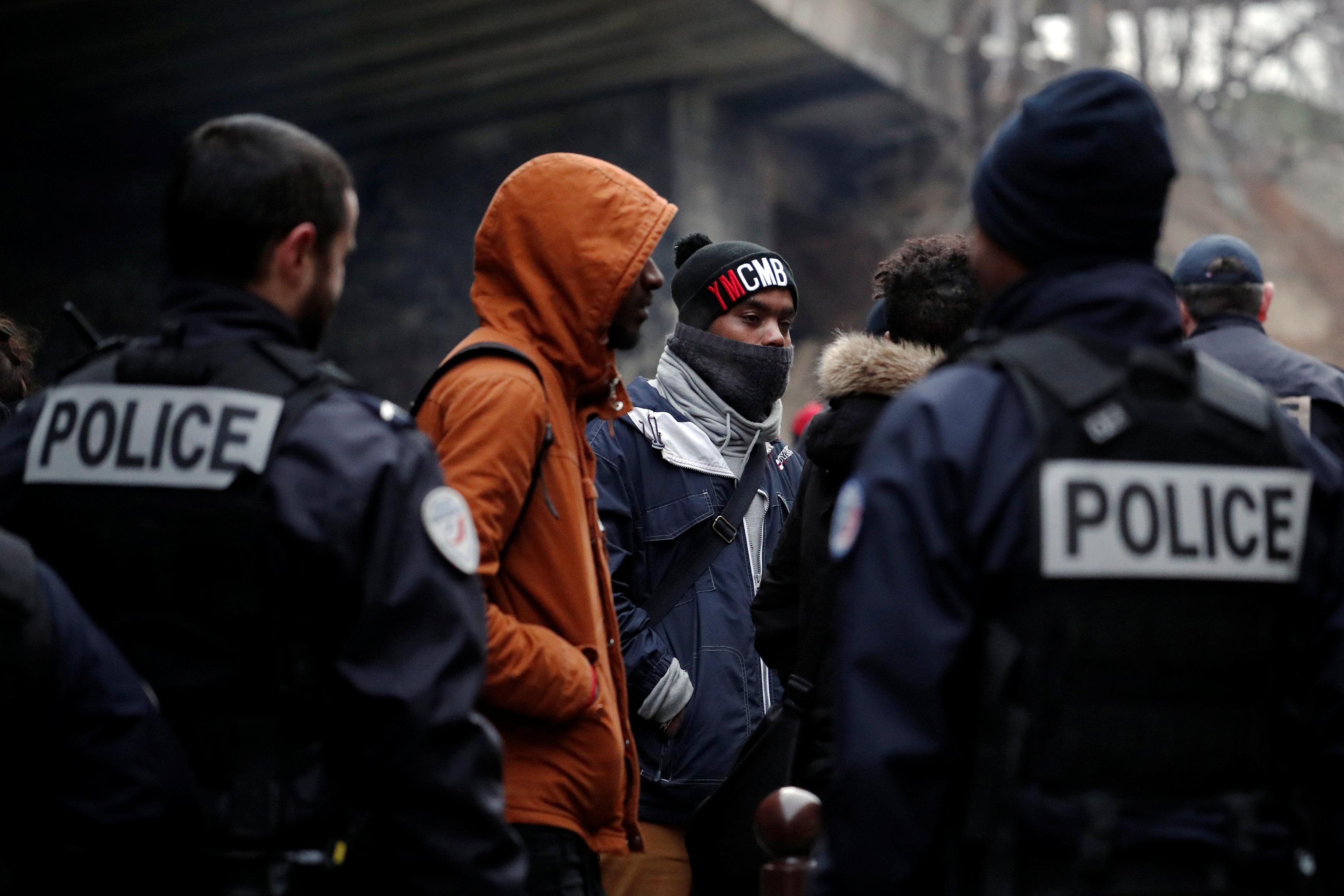 قوات الأمن الفرنسية تخلى احد المناطق من اللاجئين